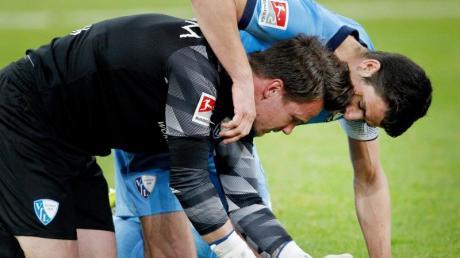 Der Bochumer Torhüter Manuel Riemann (l) wird von Mitspieler Anthony Losilla umarmt.