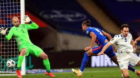 Der Engländer Dominic Calvert-Lewin (M.) trifft gegen San Marino zum 2:0.