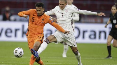Der Lette Antonijs Cernomiordijs (r) und der Niederländer Owen Wijndal kämpfen um den Ball.
