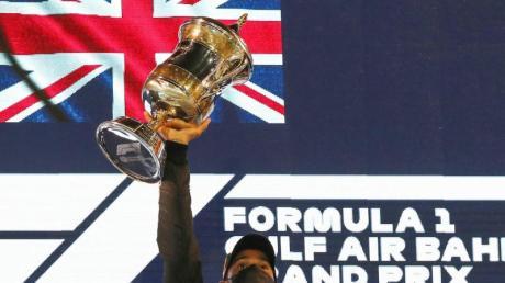 Lewis Hamilton vom Team Mercedes feiert auf dem Podium seinen Sieg.