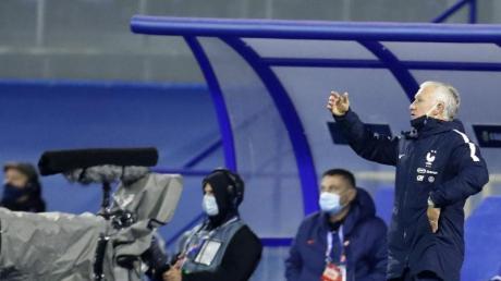 Frankreichs Trainer Didier Deschamps (r) gestikuliert am Spielfeldrand.
