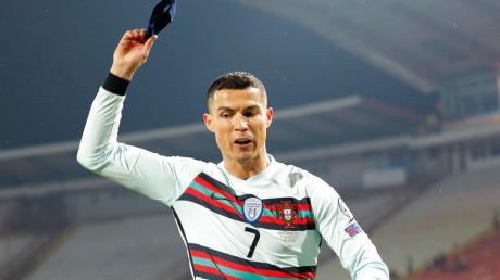 Trotzreaktion: Ronaldo pfeffert die Kapitänsbinde ins nächste Eck.