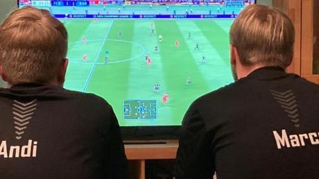 Zocken um Punkte: Andreas Fröhlich (links) und Marco Schneider treten mit dem SC Rohrenfels in der eSport-Landesliga an. Gespielt wird Fifa 21 auf der Play Station 4.