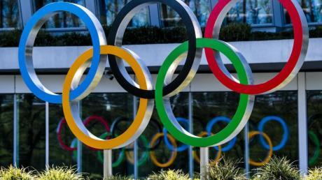 Die Olympischen Ringe werden am Eingang des IOC, dem Sitz des Internationalen Olympischen Komitees, in Lausanne ausgestellt.
