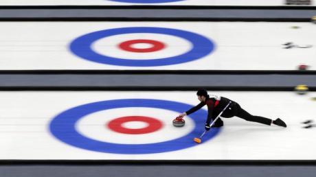 Curlingsportler treten bei einer Testveranstaltung für die Olympischen Winterspiele 2022 in Peking gegeneinander an.