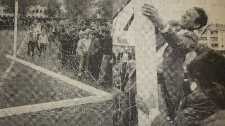 """""""Nicht nur Mindelheims Mannschaft brach am Donnerstag zusammen, auch das Tor hielt dem Dauerbeschuss der Landsberger nicht stand. Freiwillige Helfer hatten es jedoch in 15 Minuten wieder aufgerichtet und die 'Hinrichtung' des TSV Mindelheim nahm ihren Fortgang."""" So lautete die Bildunterschrift damals in der MZ."""