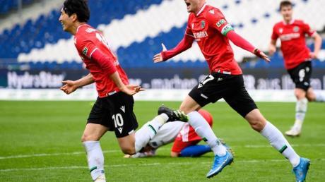 Genki Haraguchi (l) und Marvin Ducksch retteten Hannover 96 noch einen Punkt gegen den HSV.