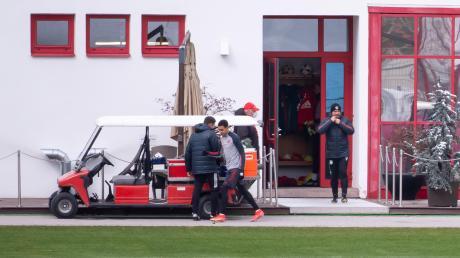 Hansi Flick (rechts) bat seine Bayernspieler am Dienstag vor dem Champions-League-Duell gegen Paris St. Germain zum Abschlusstraining.