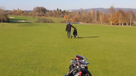 Auf Abstand über den Golfplatz des GC Hochstatt – Corona verlangt auch hier etliche Einschränkungen. Im Hintergrund ist Kloster Neresheim zu sehen.