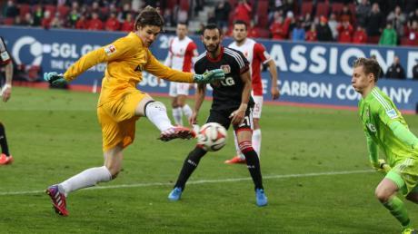 Mit diesem Kunstschuss überwindet FCA-Torhüter Marwin Hitz seinen Bayer-Kollegen Bernd Leno (jetzt FC Arsenal) zum 2:2.