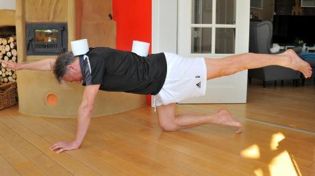 Wilfried Mayer zeigt im heimischen Wohnzimmer, wie man sichzwei Rollen Klopapier – falls nicht gerade ausverkauft – fit halten kann.