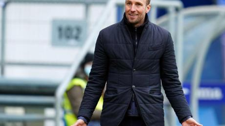 Trainer Sebastian Hoeneß trifft mit der TSG1899 Hoffenheim zum Abschluß des 28. Spieltages am Montagabend auf Bayer 04 Leverkusen.