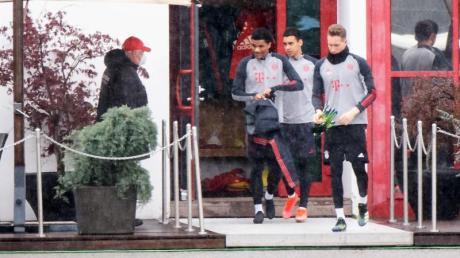 Die Spieler von Bayern München begeben sich zum Abschlusstraining.
