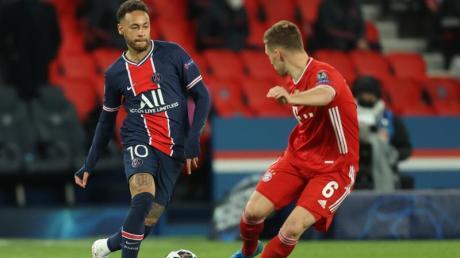 Neymar von Paris Saint-Germain (l) und Joshua Kimmich vomFC Bayern München kämpfen um den Ball.