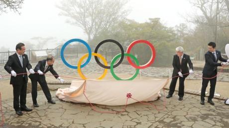 Eine Installation der olympischen Ringe wird 100 Tage vor den Olympischen Spielen in Tokio auf dem Gipfel des Berges Takao enthüllt.