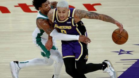 Kyle Kuzma (r) von den Los Angeles Lakers versucht, an Marcus Smart von den Boston Celtics vorbeizukommen.