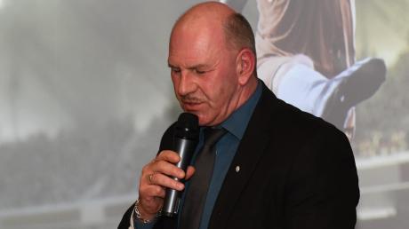 Er sieht sich als Partner der schwäbischen Fußballvereine: Bezirks-Spielleiter Rainer Zeiser (hier 2020 bei der Auslosung für die Schwäbische Futsal-Meisterschaft in Burgau) wird das Amt im März 2022 niederlegen.