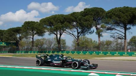 Sebastian Vettel mit seinem Aston Martin beim Training auf der Strecke von Imola.