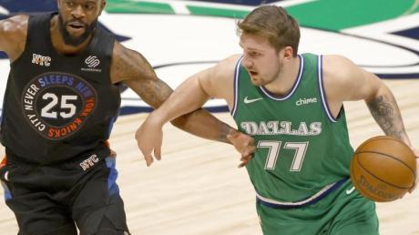 Die Dallas Mavericks um Superstar Luka Doncic (r) verloren gegen die Knicks.