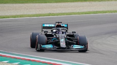 Rekordweltmeister Lewis Hamilton startet beim Formel-1-Rennen in Imola von der Pole Position.