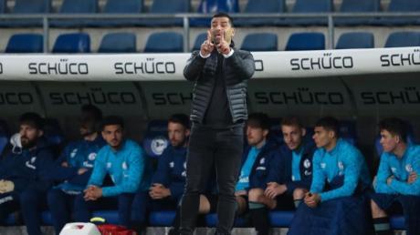 Schalkes Trainer Dimitrios Grammozis konnte bislang nur zwei Spiele mit Schalke 04 gewinnen.
