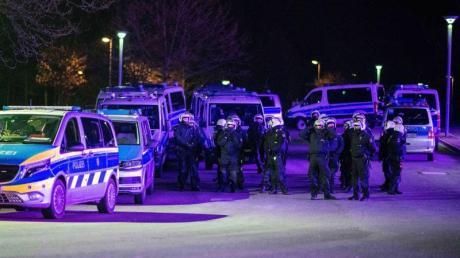 Polizeibeamte im Einsatz vor der Veltins-Arena, nachdem Spieler nach der Rückkehr mit «massiven Aggressionen» konfrontiert wurden.