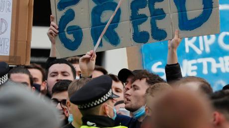 """Super Greed (""""Super Gier"""") statt Super League: In England waren in den vergangenen Tagen Fans auf die Straße gegangen, um gegen die Elite-Liga zu protestieren."""