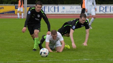 Der TSV Nördlingen, hier in schwarzen Trikots bei einem der letzten Bayernliga-Spiele im Oktober 2020 beim TSV Schwaben Augsburg, wehrt sich weiterhin gegen den Abstieg per Quotienten-Regelung.