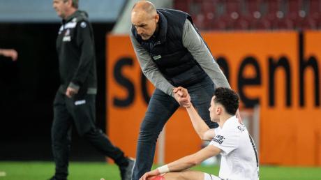 Trainer Heiko Herrlich (oben) und Angreifer Ruben Vargas befinden sich mit dem FC Augsburg mitten im Abstiegskampf.