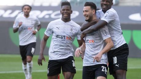 Ramy Bensebaini (2.v.l.) bejubelt sein Tor zum 3:0 gegen Bielefeld mit Marcus Thuram (r) und Breel Embolo. Gladbach siegt am Ende 5:0.