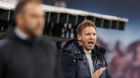 Julian Nagelsmann (r) könnte beim FC Bayern auf Trainer Hansi Flick folgen.
