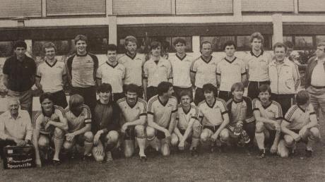 """Der TSV Mindelheim wurde in der Saison 1983/84 Meister der Bezirksliga Süd und stieg in die Landesliga auf. Mitten drin: Franz """"Bulle"""" Roth (hintere Reihe, Achter von links)."""