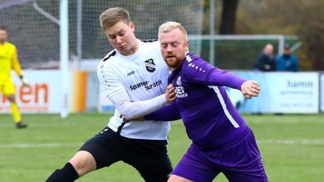 Duellieren sich auch in der kommenden Saison in der Landesliga: Der FC Ehekirchen (Lucas Labus) und der VfR Neuburg (Fabian Scharbatke).