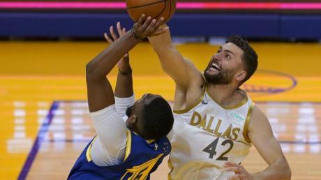 Die Dallas Mavericks um Nationalspieler Maxi Kleber (r) setzten sich bei den Golden State Warriors durch.