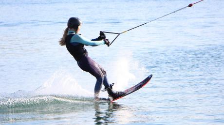 Für ihren großen Traum legen sich die Wasserskifahrer des WSV Friedberg ins Zeug. Beinahe täglich üben Leni Bauer und ihre Teamkollegen am Friedberger See.