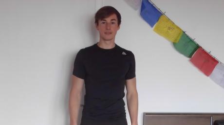 Ein Herz für Nepal: In seinem Zimmer in Inchenhofen hat Nicolas Schreier die Gebetsfahne des asiatischen Landes aufgehängt.