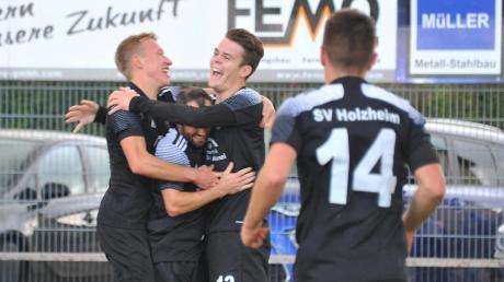 Momente der Zufriedenheit. Hier freuen sich David Peter, Fabian Miller und Dominik Haringer (von links) vom SV Holzheim über einen Treffer im Spiel gegen den SV Hainsfarth.