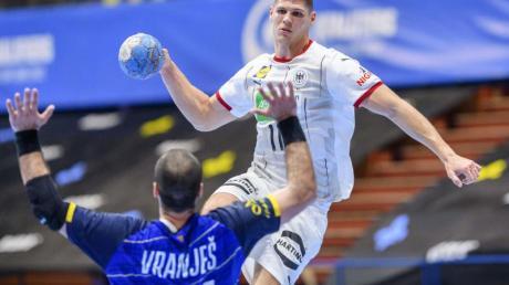 Sebastian Heymann (r) setzt sich gegen den Bosnier Vladimir Vranjes (21) durch und kommt zum Wurf.