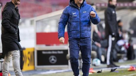 Hertha-Trainer Pal Dardai (r) war mit den ersten Trainingseinheiten nach der Quarantäne sehr zufrieden.