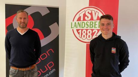 Jürgen Meissner (rechts), Sportlicher Leiter des TSV Landsberg, freut sich über die Verpflichtung des neuen Torwarts Daniel Witetschek.