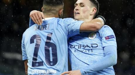 Riyad Mahrez(l) von Manchester City feiert mit seinem Teamkollegen Phil Foden.