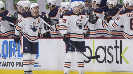 Leon Draisaitl (M.r.) traf doppelt für die Edmonton Oilers.
