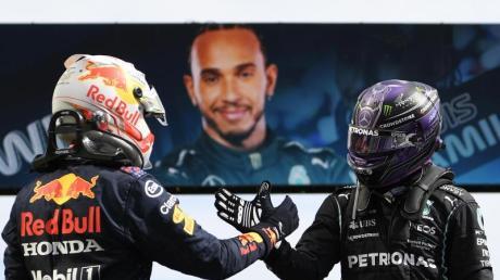 Der Brite Lewis Hamilton (r) vom Team Mercedes und der Niederländer Max Verstappen vom Team Red Bull Racing klatschen sich ab.