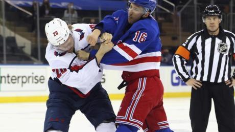 Ryan Strome (r) von den New York Rangers prügelt sich mit Lars Eller von den Washington Capitals.
