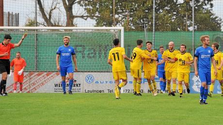 """Ende September 2019 gewann der FC Lauingen das Landkreisderby in der Kreisliga West bei der SSV Glött (blaue Trikots) mit 3:1-Toren. Hier wird Elias Griener (Dritter """"Gelber"""" von links) von den Teamkollegen zu seinen Treffer zum 1:1-Ausgleich gratuliert."""