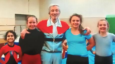 Trainer Roderich Wimmer mit seinen jungen Kunstturn-Talenten (v. l.) Swara Gudekar, Hanna Gebler, Lea Brendel und Leila Gerteisen.