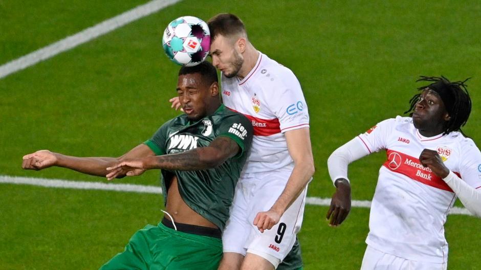 Reece Oxford (links) gab gegen den VfB Stuttgart (Mitte Sasa Kalajdzic) in einigen Szenen keine gute Figur ab. Der Abwehrspieler war an beiden Gegentreffern der Stuttgarter beteiligt. Am Ende unterlag der FC Augsburg 1:2 und muss um den Ligaverbleib zittern.