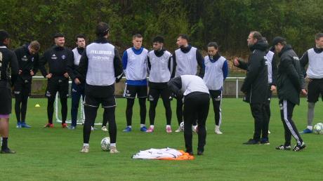 Marco Konrad (ganz rechts) gibt als frischgebackener Fußballlehrer wieder die Kommandos im Training des FV Illertissen. Der spielt noch in zwei Pokalwettbewerben, der Punktspielbetrieb wird dagegen abgebrochen.