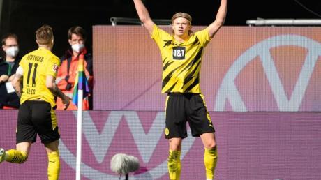 Ein Einsatz von BVB-Topstürmer Erling Haaland (r) gegen Leipzig ist weiter offen.