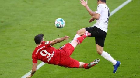 Robert Lewandowski (l) erzielte gegen Borussia Mönchengladbach das Tor zum 3:0 sehenswert per Seitfallzieher.